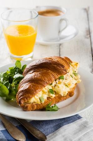 https://briochedoree.ca/wp-content/uploads/sites/3/2021/06/croissant-dejeuner.jpg
